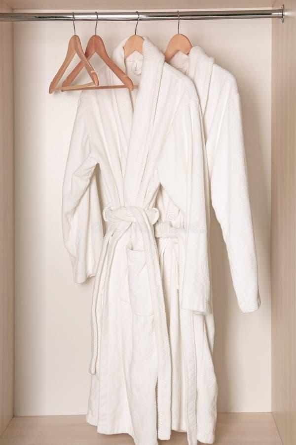 Download Badjassen Die In Garderobe Hangen Stock Afbeelding - Afbeelding bestaande uit hanging, lichaam: 107702641