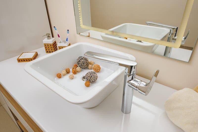 Badkamers binnenlands detail met gootsteen en tapkraan stock foto's
