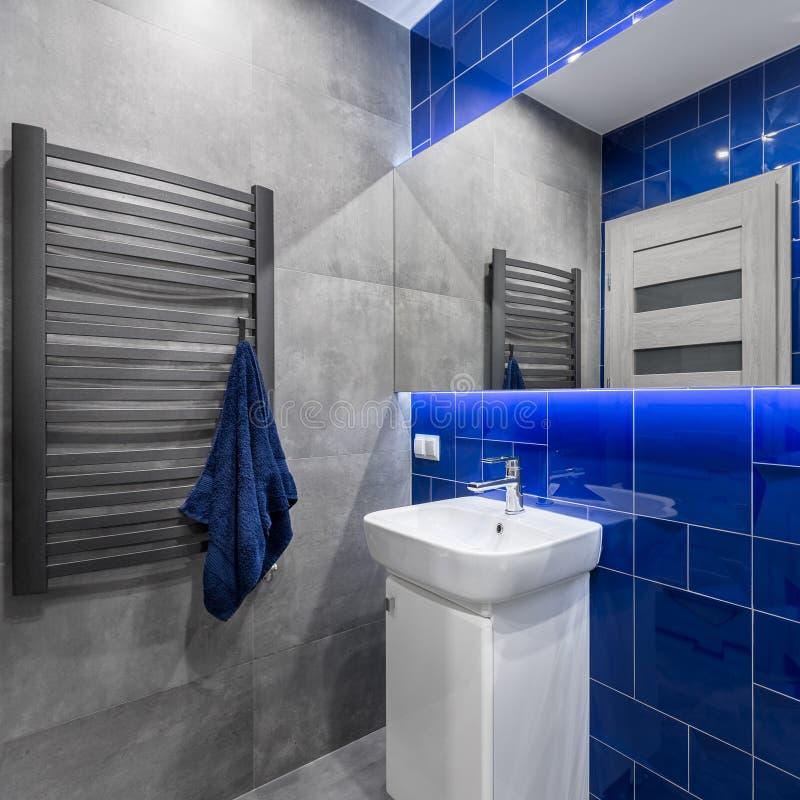 Badkamers in blauw en grijs royalty-vrije stock foto's