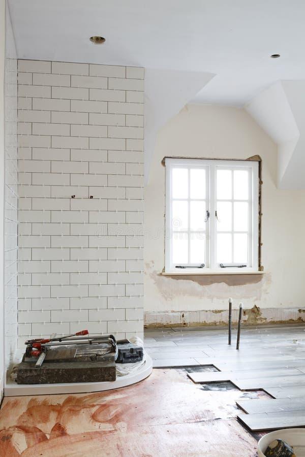 Badkamers het betegelen heropfrissing stock afbeeldingen