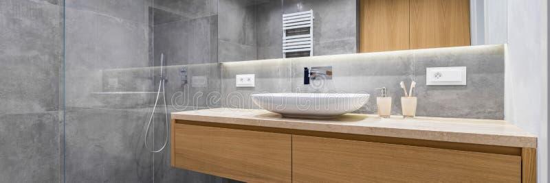 Badkamers met douche en spiegel stock afbeeldingen
