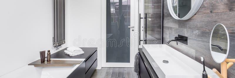 Badkamers met houten effect tegels royalty-vrije stock afbeeldingen