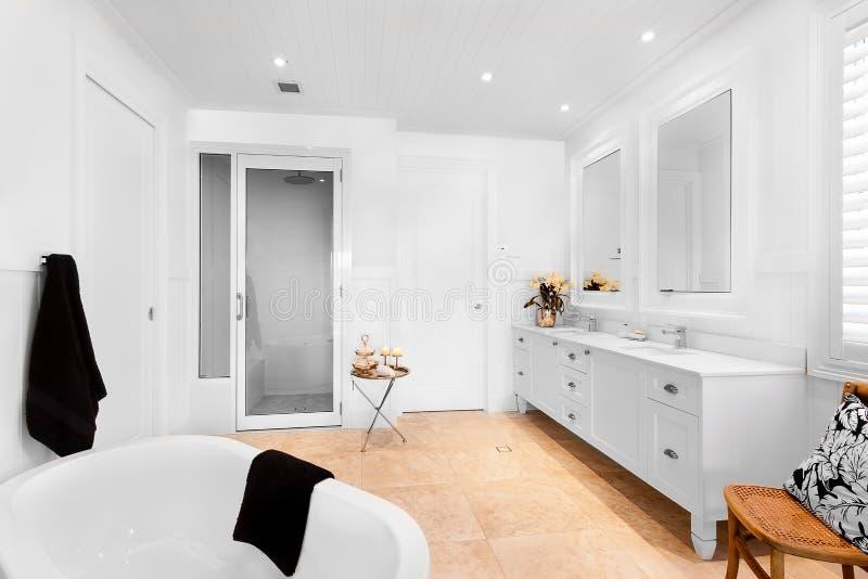 Badkamers van luxehuis die lege badton hebben royalty-vrije stock fotografie