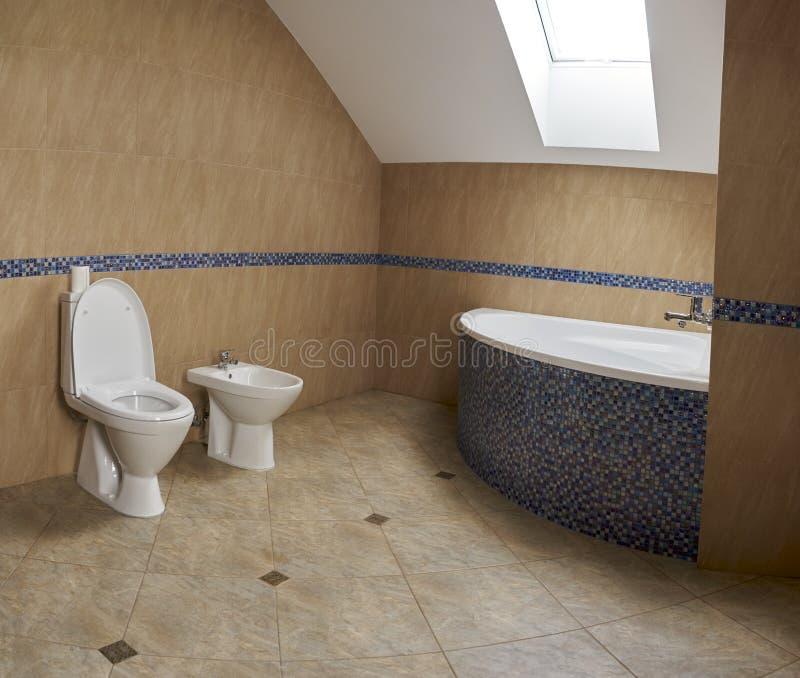Badkamers, zolder in de stijl van minimalism royalty-vrije stock fotografie