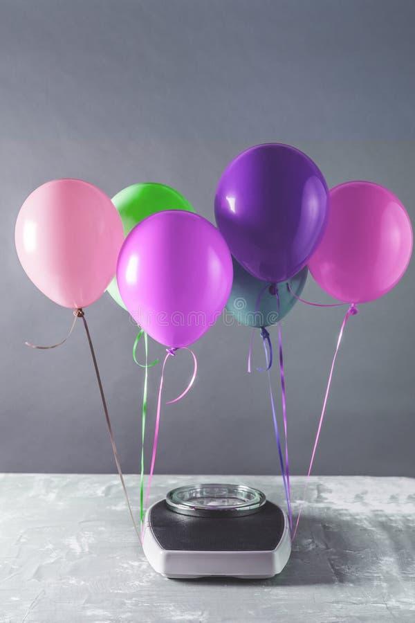Badkamersschalen met kleurrijke ballons Vermageringsdieetconcept stock foto