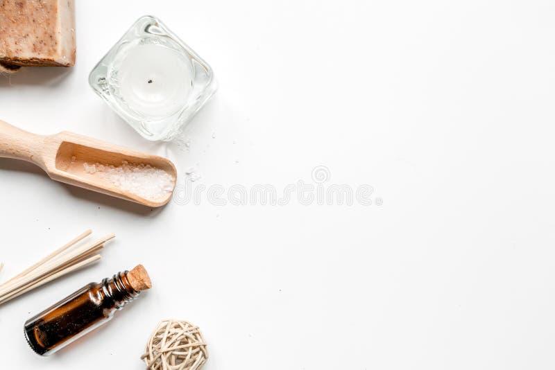 Badkamerszout en aromaolie voor kuuroord op wit achtergrond hoogste meningsmodel royalty-vrije stock afbeelding