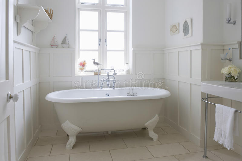 Badkar i badrum royaltyfri fotografi