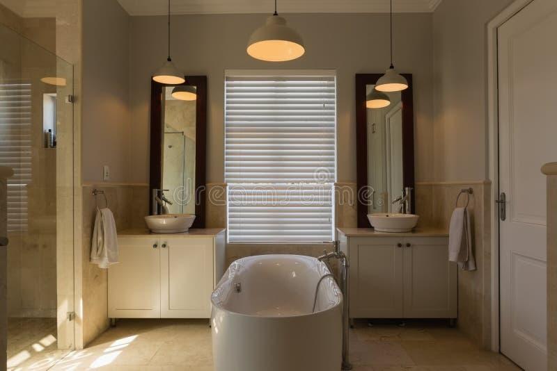 Badkar i badrum hemma fotografering för bildbyråer