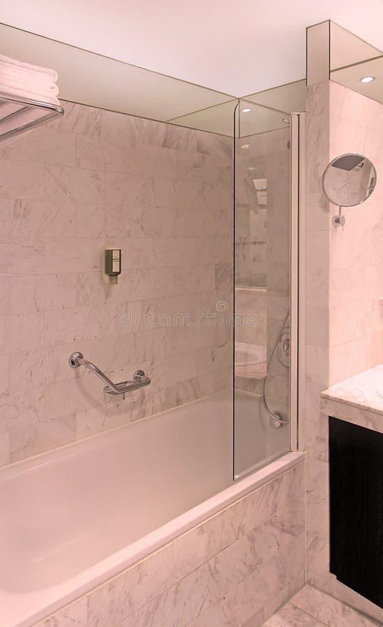 Badkar i badrumhörn royaltyfri fotografi