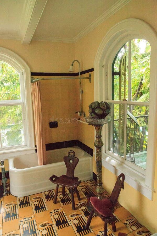 Badkar i badrummet av det Ernest Hemingwayâ €™shuset i nyckel- Wes arkivbilder
