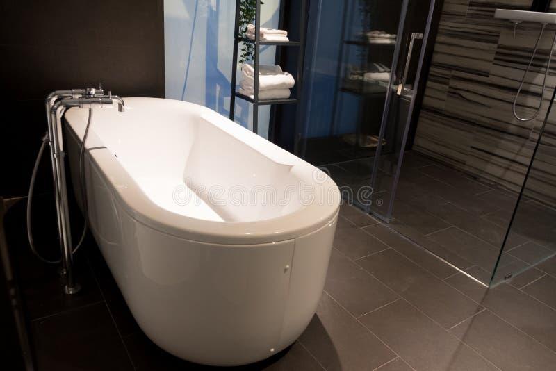 Badkaret är den inre idén för det överdimensionerade och lyxiga lyxiga badrummet arkivfoton