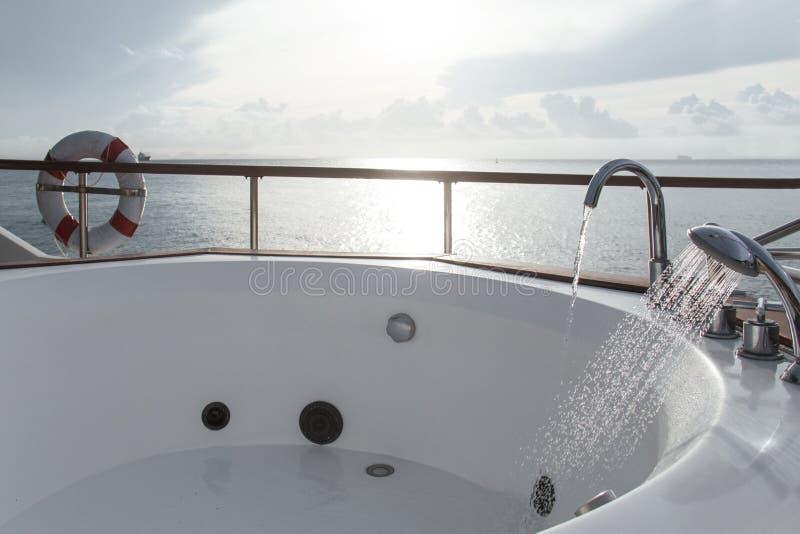 Badkuip in boot op de achtergrond van de ochtendhemel royalty-vrije stock afbeelding