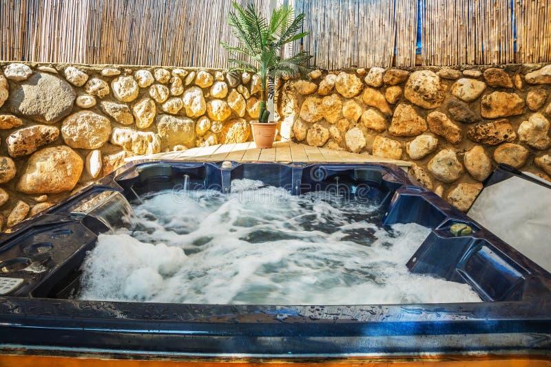Badkuip - Jacuzzi in tuin stock foto's