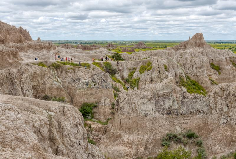 Badlands park narodowy blisko Błyskawicznego miasta, Południowy Dakota, usa - Lipiec 1, 2019: Sceniczny widok Pokazuje wycieczkow zdjęcie royalty free