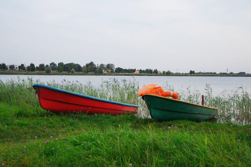 Badmeesterboten op het meer stock foto's