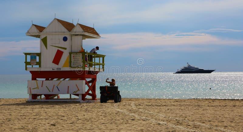 Badmeesterhut en jacht in het Strand van Miami royalty-vrije stock fotografie