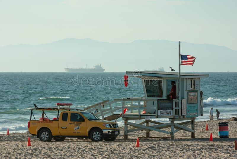 Badmeesterpost en voertuig bij Hermosa-Strand in Californië stock fotografie