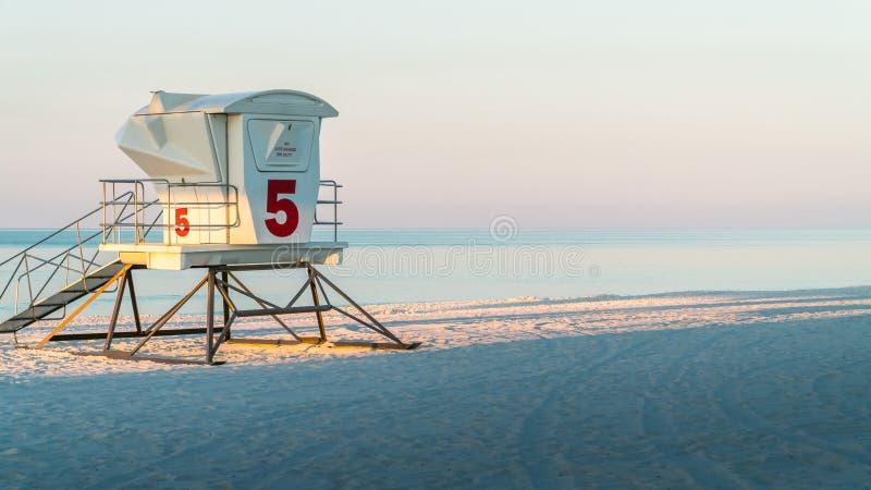 Badmeesterpost op een mooi wit strand van zandflorida met blauw water royalty-vrije stock foto's