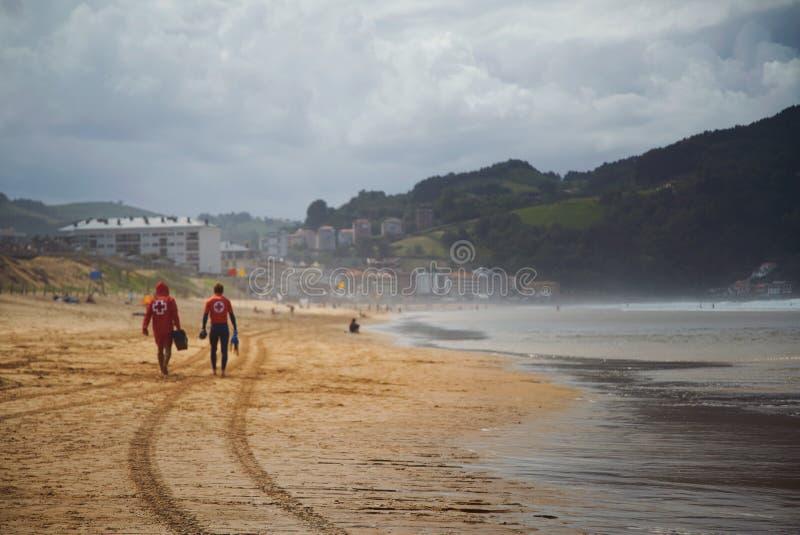 Badmeesters die op een mooi leeg strand weggaan royalty-vrije stock afbeelding