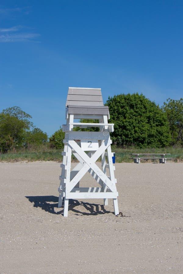 Badmeesterstoel op strand royalty-vrije stock afbeeldingen