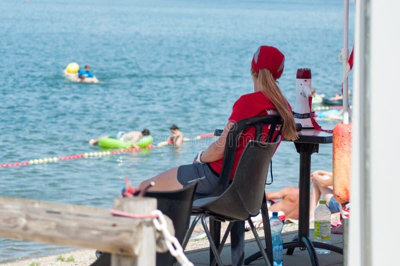 Badmeesterzitting voor het meer op achtermening royalty-vrije stock afbeelding