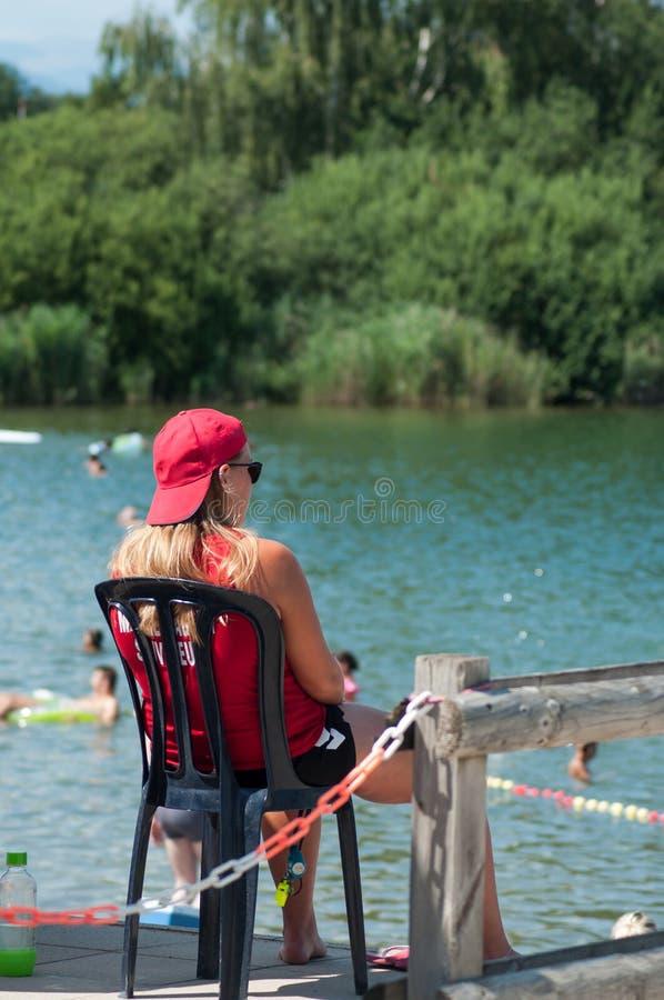 Badmeesterzitting voor het meer op achtermening royalty-vrije stock fotografie