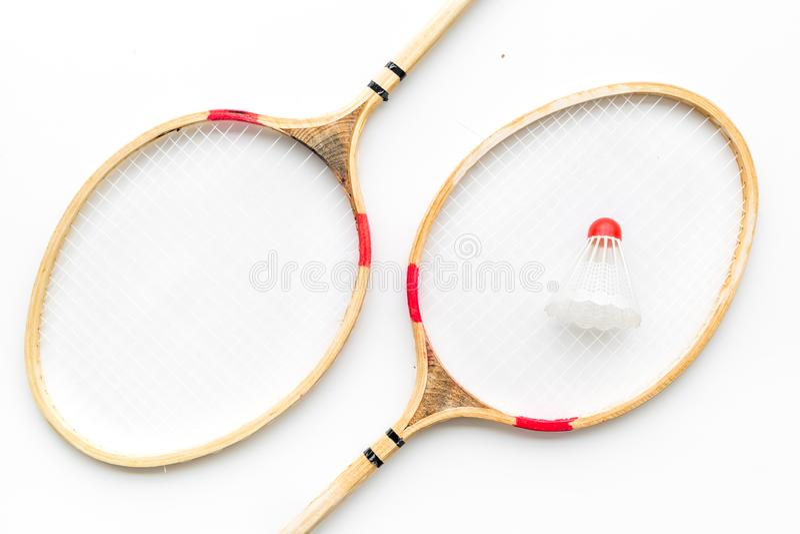 Badminton-Konzept Federballschläger und Federball auf Draufsicht des weißen Hintergrundes lizenzfreies stockfoto