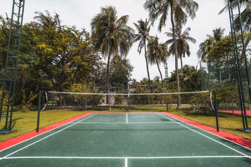 Badminton sąd w luksusowych Maldives ucieka się, szeroki kąta strzał obraz stock