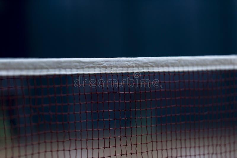 Badminton som är netto inomhus på badmintondomstolen, closeupsikt av badmint arkivfoto