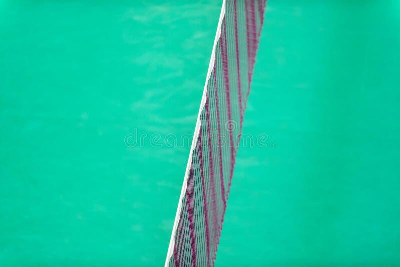 Badminton som är netto inomhus på badmintondomstolen, closeupsikt av badminton, förtjänar med oskarp bakgrund arkivbilder