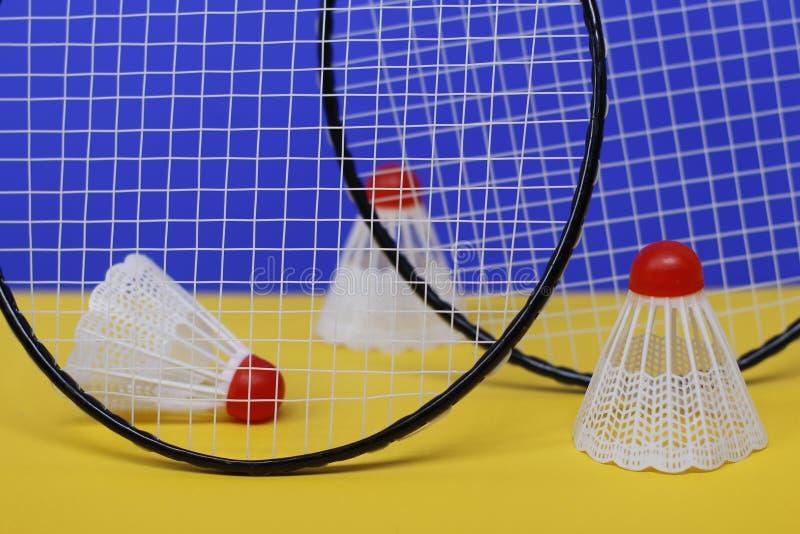 badminton Três petecas e raquetes de badminton dois T foto de stock