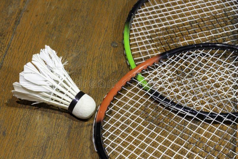 Badminton und Federball werden auf einen Bretterboden gesetzt stockbild