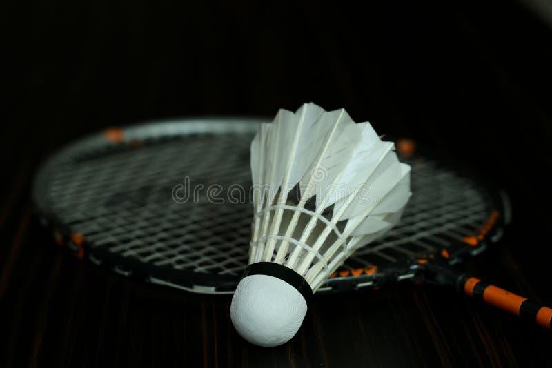 Badminton und neues shuttelcock lizenzfreie stockbilder