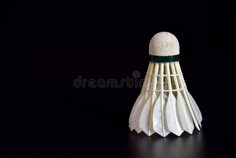 Badmintonball oder Shuttlehahn auf dem schwarzen Hintergrund mit Kopienraum f?r die Werbung, Sportkonzept, Eignungskonzept stockbilder