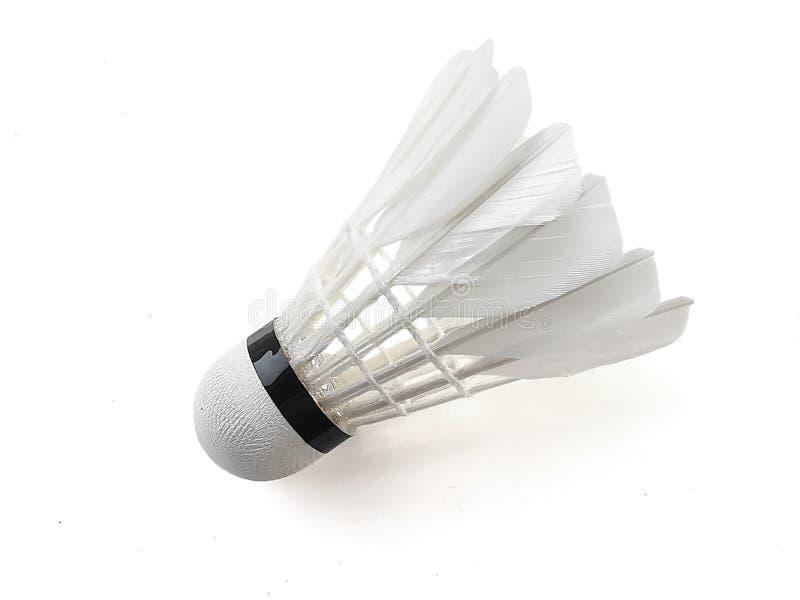 Badmintonboll eller fj?derboll som isoleras p? vit bakgrund med den snabba banan royaltyfri fotografi