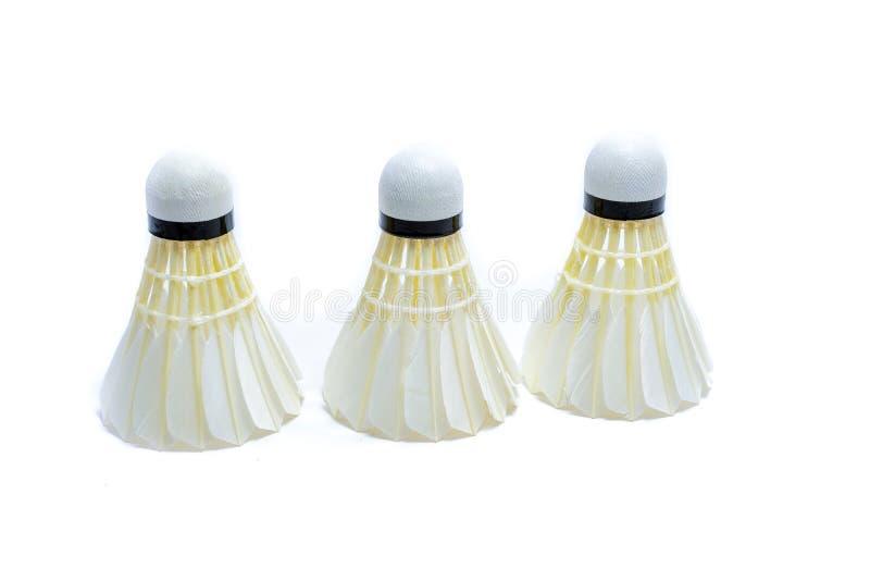Badmintonboll p? vit bakgrund royaltyfria bilder