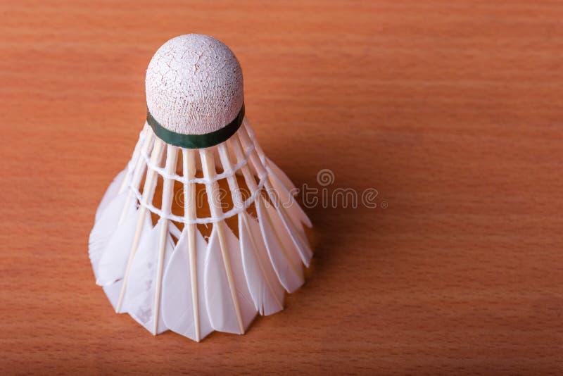 Badmintonfjäderboll på trätabellen Sport- och idrottsman nenbegrepp arkivfoton