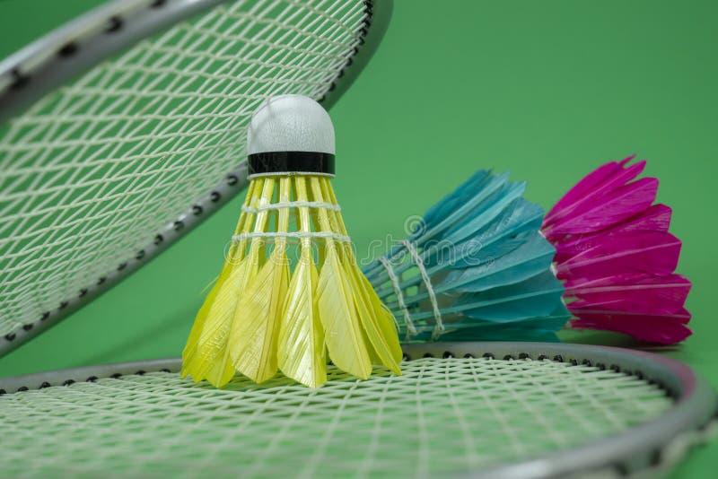 Badmintonracket och befjädrade fjäderbollar arkivbild