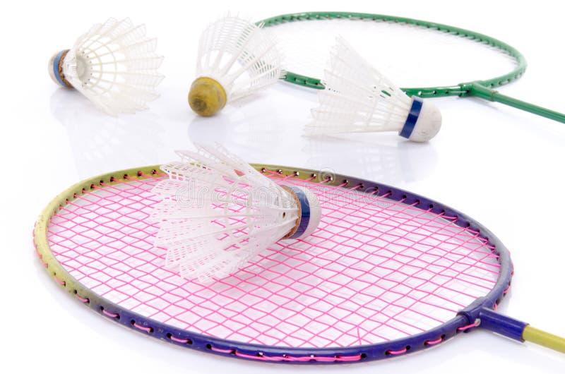 Badmintonracket och fjäderbollar fotografering för bildbyråer