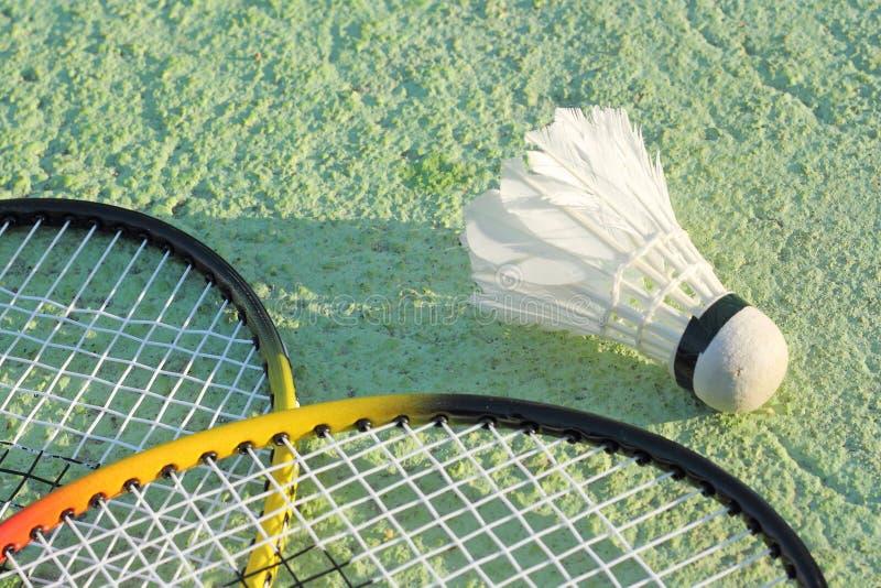 Badmintonracket och gammal fjäderboll royaltyfri fotografi