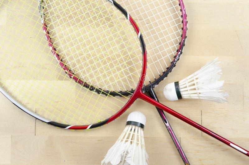 Badmintonracket och shuttlecock royaltyfria bilder