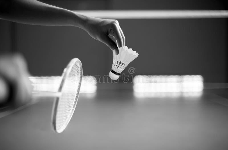 Badmintonspieler, der einen Schläger servierfertig in einem Gericht I hält stockbild