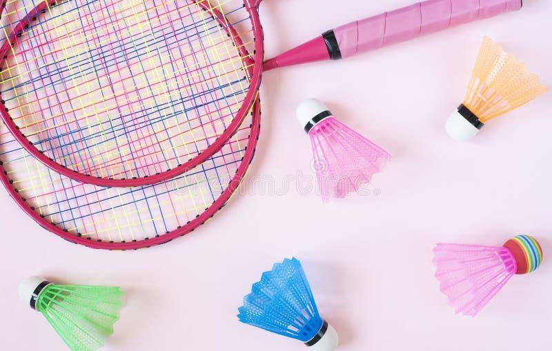 Badmintonutrustning Badmintonracket och fjäderbollar på rosa bakgrund B?sta sikt, kopieringsutrymme fotografering för bildbyråer