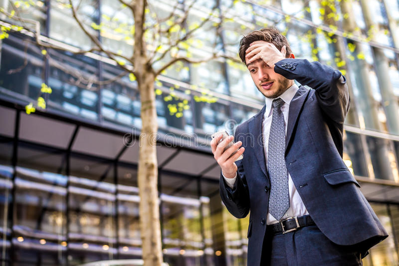 Badnews на телефоне для бизнесмена стоковые фото