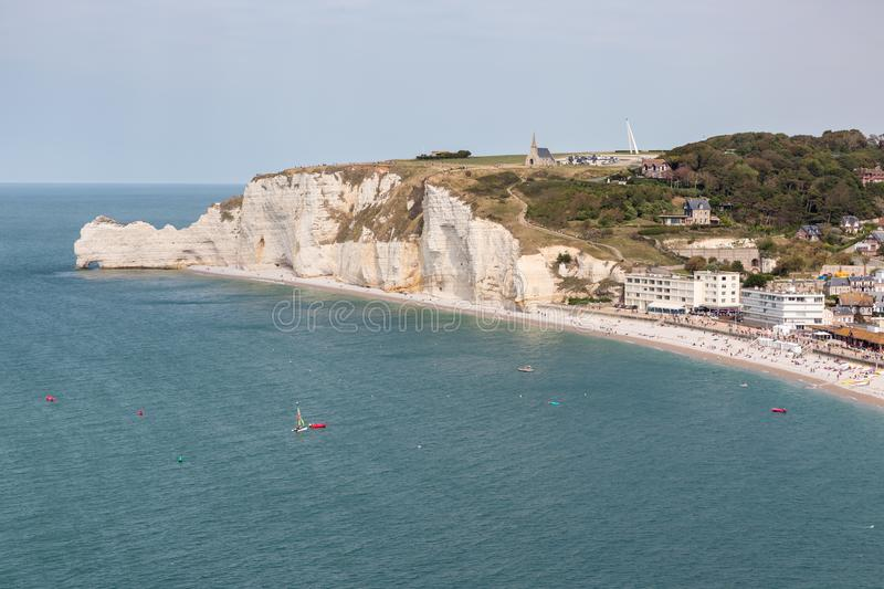 Badort Etretat som omges med kalkstenklippor i Normandie, Frankrike royaltyfri foto