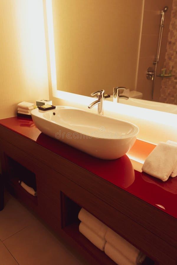 Badrum för samtidaKalifornien hotell royaltyfria bilder