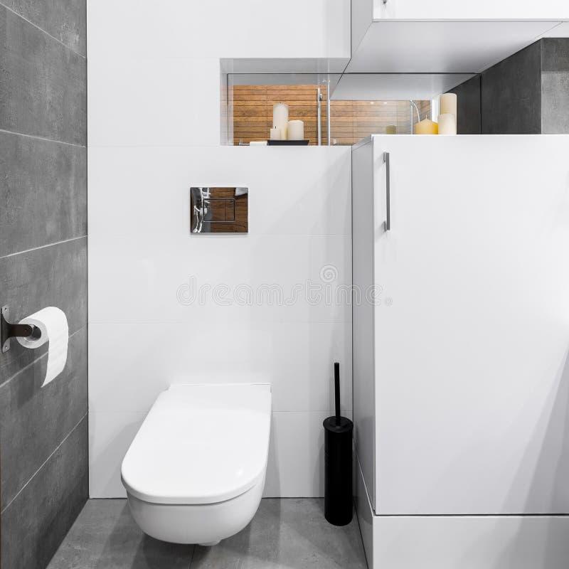 Badrum i vit och grå färger arkivfoton