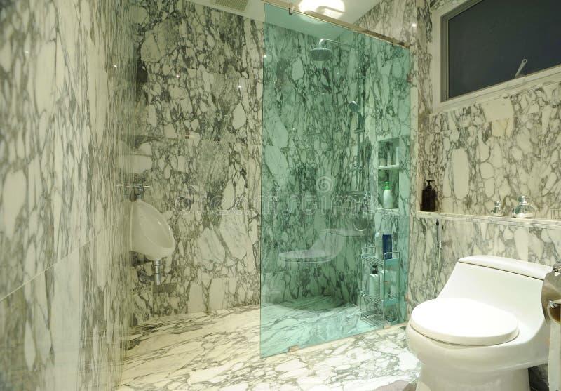 Badrum med marmorväggen royaltyfri fotografi