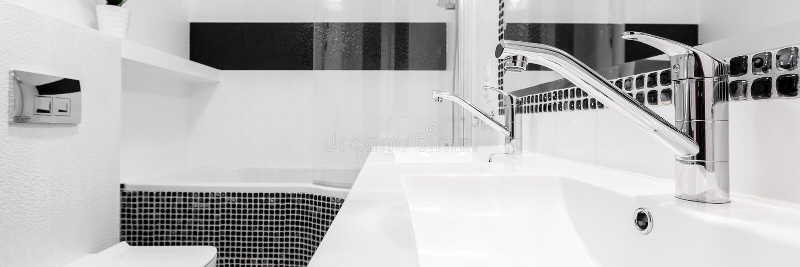 Badrum med två vaskar, panorama arkivbild
