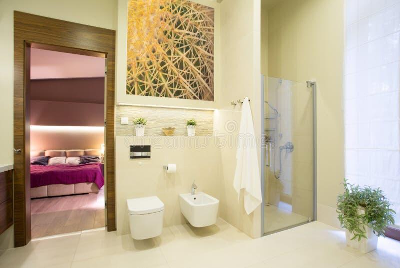 Badrum som är öppet på sovrum arkivbilder